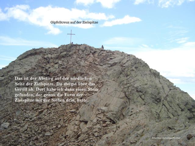 Der Abstieg von der Zielspitze führt dich über viel Geröll.