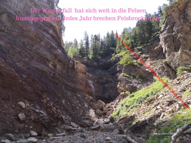 Der Wasserfall frisst sich in den Felsen. Jedes Jahr brechen Felsbrocken ab. Du befindest dich in der Bletterbachschlucht.