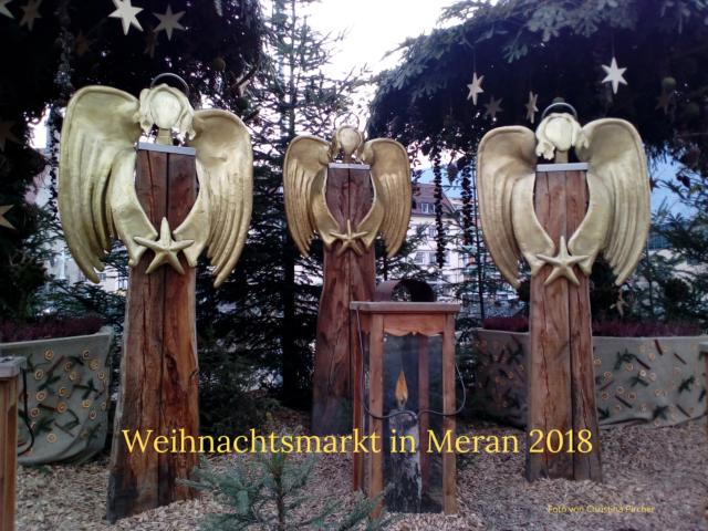 Drei Engel und eine Laterne stehen am Eingang zum Meraner Weihnachtsmarkt 2018